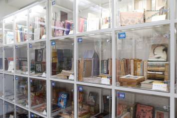 大衆文化関連の評論も行なった米沢さんを支えた書籍や情報誌。懐かしい雑誌もあれば、子どもにはちょっと…というものも。