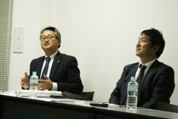 紙への印刷を踏まえたアドバイスを行う河村さん(左)
