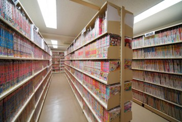 3〜5階は閉架式書庫。マンガ雑誌・単行本、同人誌、サブカルチャー誌など収蔵書はインターネットでも検索ができるので、ぜひご利用を。