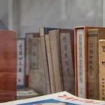 和本をはじめとした古書のコレクション。妖怪・怪奇ものから性風俗まで幅広いジャンルを網羅、特徴的なものが多い。