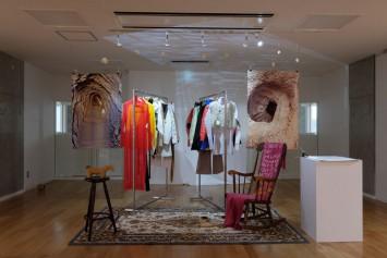 ポピュラーカルチャー学部ファッションコースの 展示風景。まるでセレクトショップそのもの。