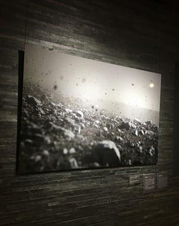 学芸員の石井さんが「石が踊っている」と表現した、富士山で竜巻の強風にあおられ身を守りながら撮影された作品「不二之山_新」。モノクロ光景が、より霊的な力が強調している (C)井賀孝