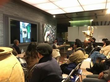 会場から笑いも起きた「熊出没注意!」の看板の後ろに猿が出没するシーン、井上さんが普段猟をしている京都での一コマ (C)Ami Inoue (C)岡本太郎記念館 (C)藤原彩人