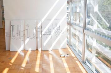 芸術学部版画コースの作品。窓から差し込む光など、時間ごとに作品の表情が変わるのも見所の一つかも。