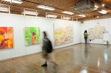 芸術学部洋画コースの展示会場。大きな作品の 数々に圧倒されました。