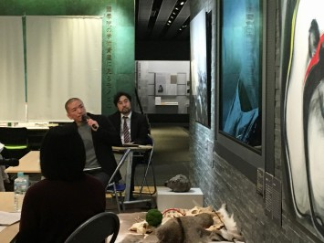 撮影時のエピソードとともに作品を解説する井賀さん(C)井賀孝
