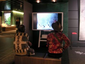 岡本太郎が撮影した写真をスライド上映。岡本太郎は斜め45度に改造したカメラで、被写体の自然な表情を撮影していた