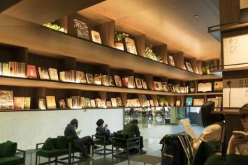 (C)國學院大學 テーブルのある席ではミーティングをする学生も多く、並んでいる本がヒントになることも