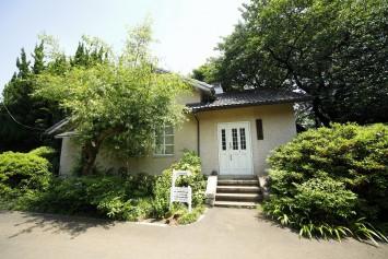 柴田記念館。理学部植物学教室の教授・柴田桂太の寄付で1919年に建築された建物。現在は柴田博士や植物園の歴史を紹介する資料、植物学関連の出版物などを展示公開