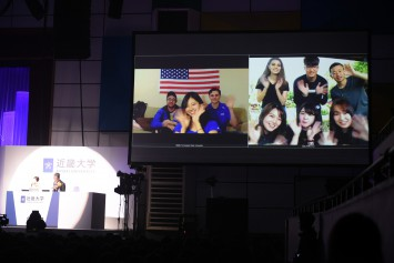 アメリカと台湾をつないだライブ中継。それぞれ仲良しの留学生友だちと登場