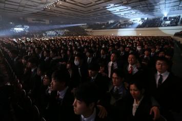 客席の新入生たちが立ち上がり、肩を組んで校歌を歌う