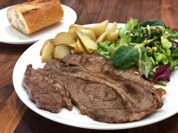 牛肩ロースのステーキ。ボリューム満点。