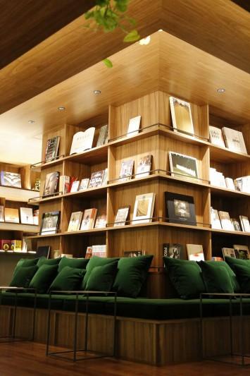 (C)國學院大學 中央にある本棚は大樹の幹のよう、本というたくさんの葉を守ってくれている感がある
