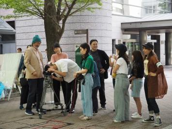 青学TV編集室長の井口先生(左から5人目)、ディレクターの大房先生(一番左)とともに和やかに撮影準備中
