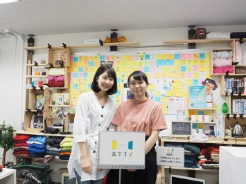 アナウンサー役の西尾さん(左)と制作担当の大木さん(右)、ともに就活生。がんばれ!