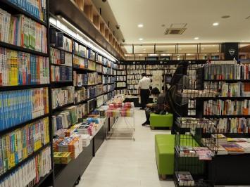 店内に置かれたソファで、ゆったりと本を読むことができる