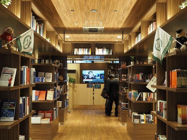 「AGU Book Café」のメイン・ストリート、青学の卒業式限定のテディベアがお出迎えしてくれる