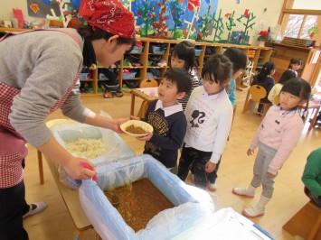 附属幼稚園で月1回開催、ブラウン・ライス・カレーの日