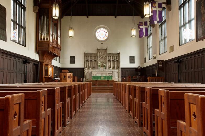 1919年に落成し、関東大震災後の1923年に改修。礼拝堂奥には美しいステンドグラスなどの装飾も施されています