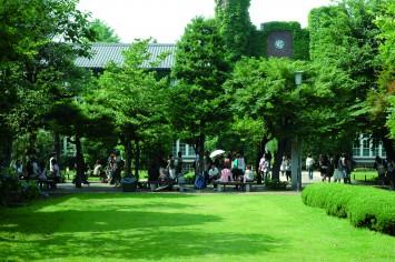 緑の中でリフレッシュ、学生たちで賑わう本館(モリス館)前