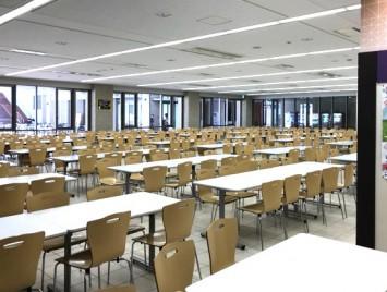 食堂内は席数も多く広々としています