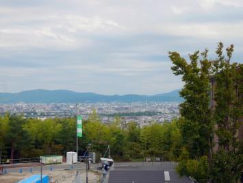 桂キャンパスのビルの隙間からは、京都の町並みが一望できます。京都タワーも見えました!
