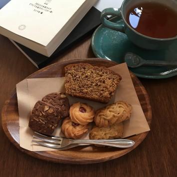 クッキーとバナナケーキ、紅茶。セットで700円