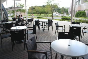 テラス席ではきれいなキャンパスを眺めながら食事を楽しめる