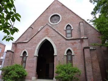 重要文化財にも登録されている同志社礼拝堂。1886年完成し、今なおその威厳ある外観を見ることができます。