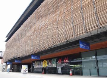 龍谷ミュージアムは京都駅から徒歩約12分。西本願寺の向かいにある