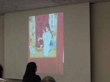 店内で堤先生が手に取った洒落たパンフレット。聞いてみたら京都精華大学の学生制作のイラストだったそう(笑)