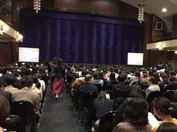 客席一杯の会場。左右のスクリーンには、学生が翻訳した日本語字幕が投影される。劇中では、「ハンパないって」「ゲス不倫」「忖度」など話題の言葉がちらほら・・・。