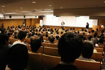 会場は大盛況。毎回、欠かさず参加するファンも多いとか