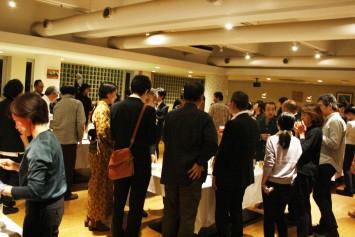 美味しい料理とお酒を楽しみながら、たくさんの参加者が講座の余韻にひたる