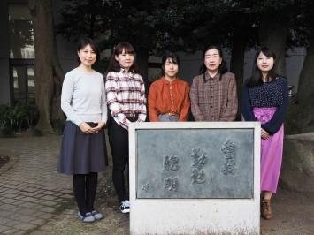 東京家政大学の教育理念のひとつ、「愛情、勤勉、聡明」の碑の前にて