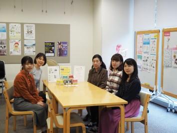 土屋先生(右奥)と内野先生(左奥)、栄養学を学ぶ3人の学生さん