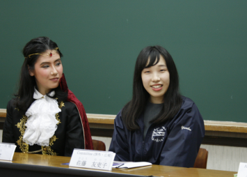 写真右、Committeeの佐藤さん。同志社女子大学ホームページにて今回のポスターを見ることができる。