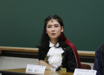 レオンティーズ役の蒲田さん。記者会見では本番の衣装でお話しいただいた。蒲田さんの台詞量は他のキャストの3倍はあるとか。