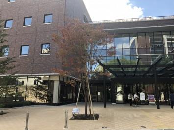 甲南学園創立100周年を記念して2017年9月に竣工した多機能複合施設「インフィニティコモンズ」