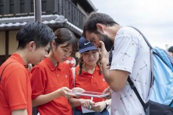 祇園に出向き、現地を訪れる訪日観光客にタブレット端末によるアンケートを実施