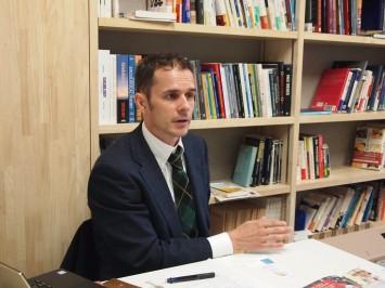 祇園町の課題について話すスロバキア出身のデブナール先生