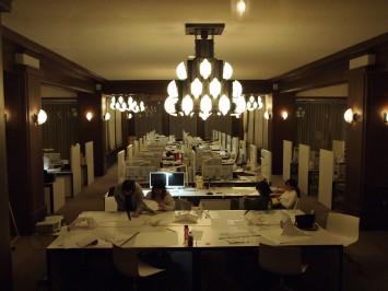 ホテル時代は食堂だったというスタジオ。ここが教室とは・・・!