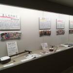 展示スペースにはマンガの表紙と楽器を展示。手前の楽器が津軽三味線、その隣に胡弓が展示されています。