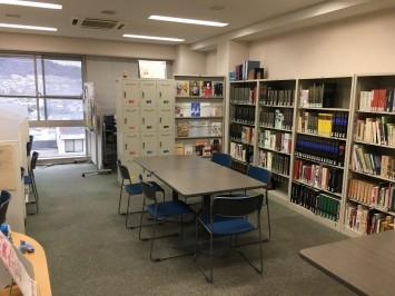 図書室では、マンガやCDだけでなく、貴重な書物・音源も閲覧・視聴可能。職員さんに相談してみるのもいいかも。