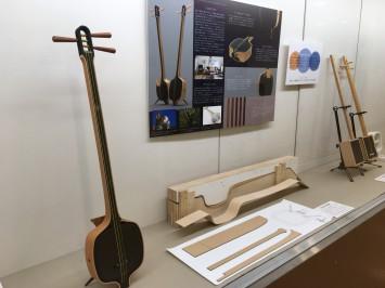 こちらは、現代のインテリアに合うように意匠を凝らした作品。一般的な三味線は天然の木や動物の皮が使われるところ、合板やカーボン素材といった人工物を使用して製作されました。