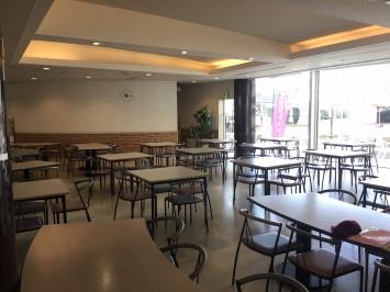 1階レストランの様子。落ち着いた内装で、席も十分な数がありました。
