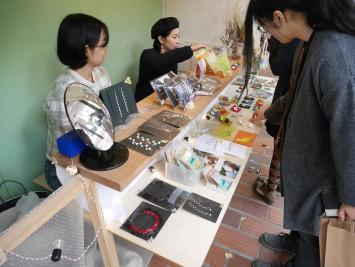ハンドメイドのアクセサリーや雑貨を販売するお店。