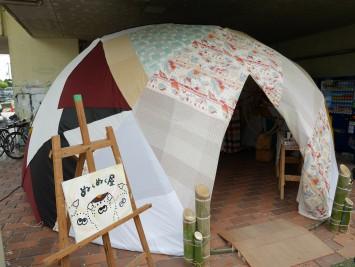 不思議な形のテント状の出店。中に入ってみると…。