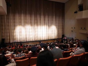 ほぼ満席の会場。舞台下にはオーケストラピットがあり、音楽の学生による前奏から舞台が始まる。