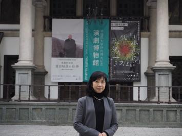 現代演劇やテレビドラマの専門家、岡室美奈子館長。屋外イベントも行なわれるという建物前舞台にて